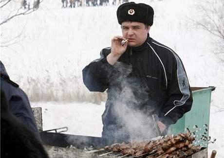 Prodavač v Rusku nabízí šašlik na oslavě konce zimy.