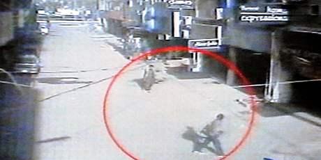 Záběry bezpečnostní kamer z Láhaur zachycují útočníky na srílanský kriketový tým (3. březen 2009)