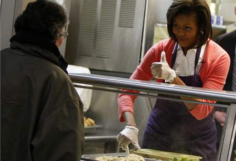 První dáma Spojených států Michelle Obamová vydávala ve čtvrtek ve vyvařovně pro chudé ve Washingtonu jídlo potřebným (5. březen 2009)