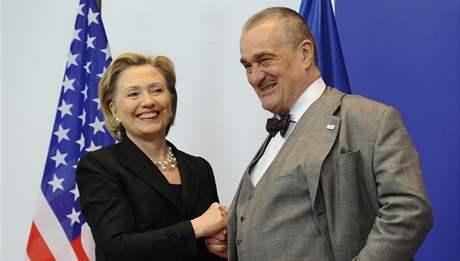 Ministryně zahraničí USA Hillary Clintonová a šéf české diplomacie Karel Schwarzenberg v Bruselu (6. březen 2009)