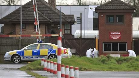 Kriminalisté prohledávají místo střelby u britské armádní základny Massereene v Severním Irsku, kde útočníci zabili dva vojáky