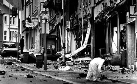 Policisté vyšetřují bombový útok v Bangoru na východě severního Irska v roce 1992. Nálož byla umístěna v autě, zranila policistu a několik civilistů.