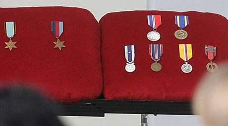 Pohřeb pilota Petra Uruby - vystavené medaile