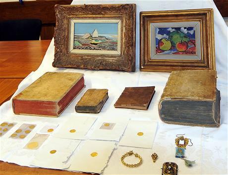 Policie zajistila umělecké předměty, ukradené loni v listopadu v muzeu v Novém Bydžově (9. března 2009)