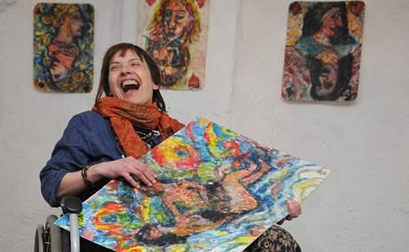 Kamila Opletalová na výstavě vlastních kreseb v galerii Katakomby.