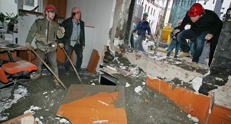 Zborcená stěna a beton v kanceláři potravinářské inspekce