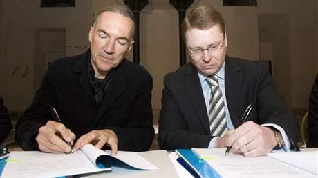 Podpis smlouvy s nájemcem Malostranské besedy (předseda představenstva Malostranská beseda a. s. Pavel Smeták a starosta Prahy 1 Petr Hejma)