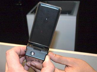 Telefon Sharp s integrovaným projektorem