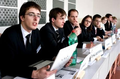 Studenti během workshopu v rámci Pražského studentského summitu.