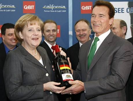 Arnold Schwarzenegger a Angela Merkelová při zahájení veletrhu CeBit.