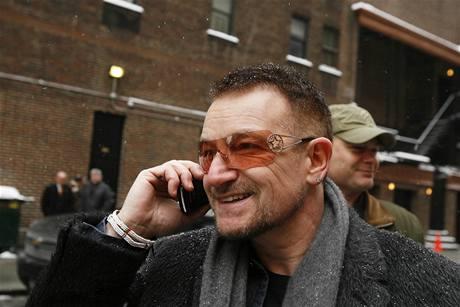 Frontman irských U2 Bono v New Yorku. Kapela hraje celý týden v talkshow Davida Lettermana (3. března 2009)