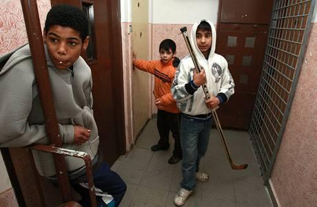 Romské děti u jednoho z bytů na litvínovském sídlišti Janov, kde mohl bydlet ministr Kocáb.