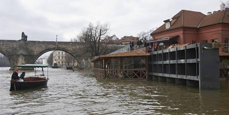 Zavírání protipovodňových vrat na Čertovce (6. 3. 2009)