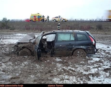 Ford v poli třicet metrů od silnice R35 u Paceřic (4.3.2009)