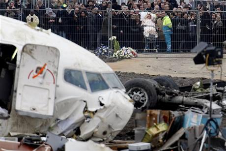 Lidé, kteří přišli na smuteční slavnost za oběti leteckého neštěstí u trosek Boeingu Turkish Airlines na letišti v Schiphol u Amsterodamu