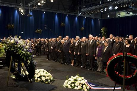 Lidé na smuteční slavnosti za oběti pádu Boeingu Turkish Airlines na letišti v Schiphol u Amsterodamu