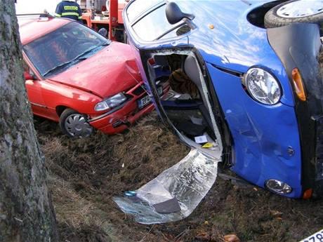 U Horní Lukavice na Plzeňsku havariovala v neděli nezávisle na sobě tři auta, jeden člověk přišel o život.