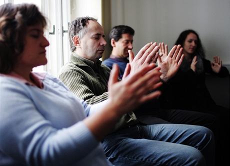 """Hypnóza """"na vlastní kůži"""" - ruce dobrovolníků jsou v pohybu..."""