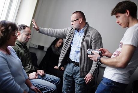 Hypnotizér ovládá svá média za doprovodu kamery