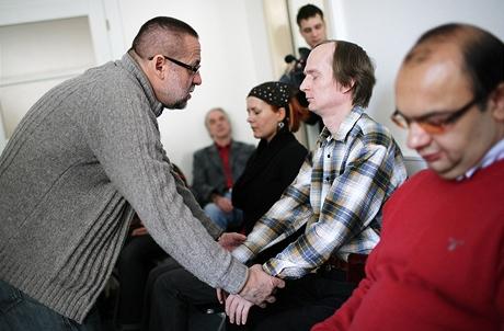 Hypnotizér pracuje s dobrovolníky
