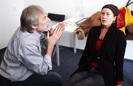 Dobrovolnice ve stavu hypnózy protáčí oční bulvy...