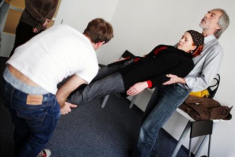 Dobrovolnice ve stavu hypnózy vedená zkušeným hypnotizérem