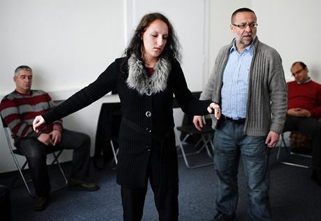 Dobrovolnice ve stavu hypnózy tančí s neviditelným partnerem