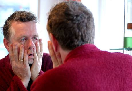 Máte-li ráno problém poznat v zrcadle sám sebe, jak se poté vypořádat s přítomností oné osoby v posteli?