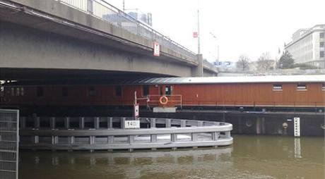 Loď pro bezdomovce Hermes pluje do ochranného přístavu kvůli vysoké hladině Vltavy