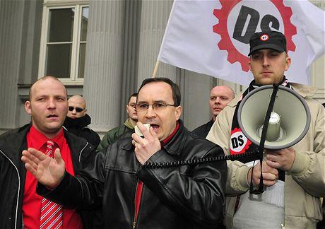 P�edseda D�lnické strany Tomá� Vandas hovo�í v Brn� k p�íznivc�m poté, co soud zamítl vládní návrh na rozpu�t�ní strany. (4. b�ezna 2009)