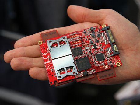 SSD adaptér na osm SD karet