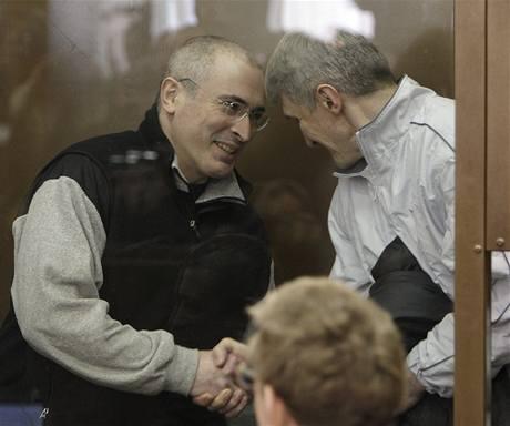 Michail Chodorkovskij a jeho společník Platon Lebeděv u moskevského soudu (3. března 2009)