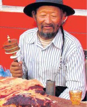 Trh. U řezníka nakupují Tibeťané, Číňané mají supermarkety.