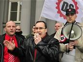 Předseda Dělnické strany Tomáš Vandas hovoří v Brně k příznivcům poté, co soud zamítl vládní návrh na rozpuštění strany. (4. března 2009)