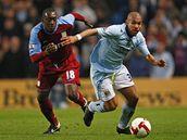 Manchester City - Aston Villa: Nigel De Jong (vpravo) z Manchesteru City v souboji s Emile Heskeym z Aston Villy.