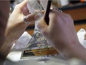 Český lev - výroba ve sklárnách Rückl Crystal v Nižboru