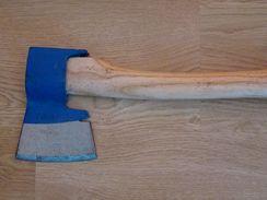 Tesařské sekyry se vyrábějí v pravo- i levorukém provedení