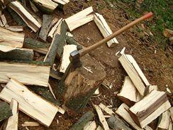 Štípání dřeva stojí hodně potu