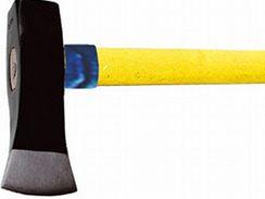 Kalač má užší ostří a mohutnější hlavu