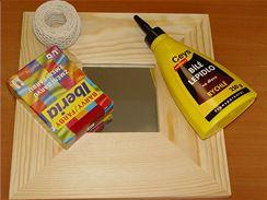 Abyste mohli rámeček z neošetřeného dřeva nabarvit a ozdobit provázkem, budete potřebovat textilní barvy, sůl, lepidlo na dřevo.