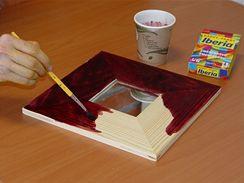 Textilní barvu připravte podle návodu, přidejte trošku soli, a můžete začít natírat.
