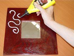 Na natřený a suchý rámeček naneste lepidlo do tvaru ornamentů (lepidlo musí být po zaschnutí transparentní).