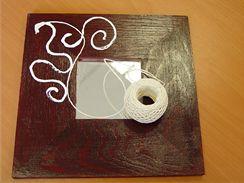 Do naneseného lepidla vytvarujte provázek do požadovaných ornamentů.