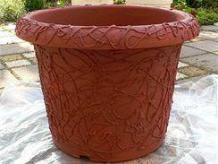 Květináč si podložte igelitem, natřete vybraným odstínem terra barvy a nechte zaschnout.