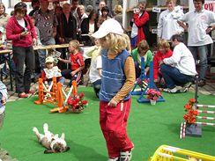 I králíci umí po sportovním výkonu odpočívat (z převáděcí akce na pelhřimovském náměstí).