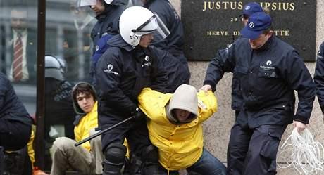 Policejní zásah proti aktivistům Greenpeace před budovou Rady EU (10. března 2009)