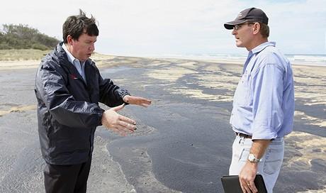 Vicepremiér Queenslandu na návštěvě pláže zaplavené ropou