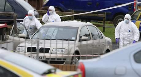 Vyšetřovatelé v severoirském městě Craigavon na místě vraždy jednoho z policistů pouhých 48 hodin po atentátu na britské vojáky v hrabství Antrim. (10. březen 2009)