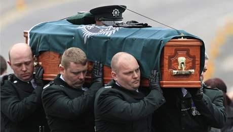 Pohřeb irského policisty Stephena Carrolla, kterého zabili přívrženci odštěpenecké skupiny Pokračování IRA. (13. březen 2009)