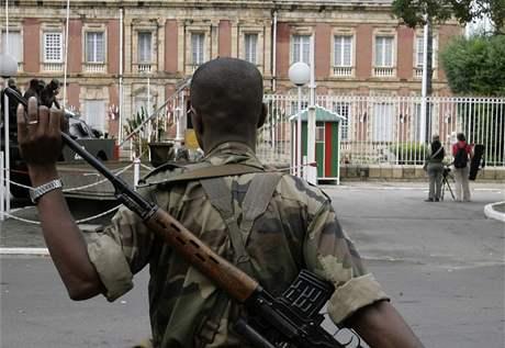 Voják před prezidentským palácem ve městě Antananarivo. (17. březen 2009)